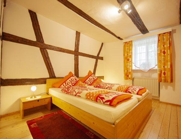 Doppelbett im Hauptschlaftzimmer