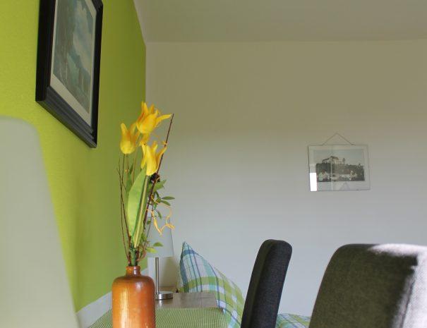 Ablagefläche und Stühle im Zimmer