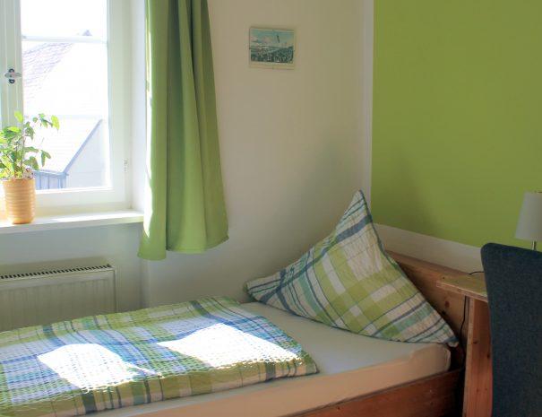 Einzelbett am Fenster im Zweibettzimmer