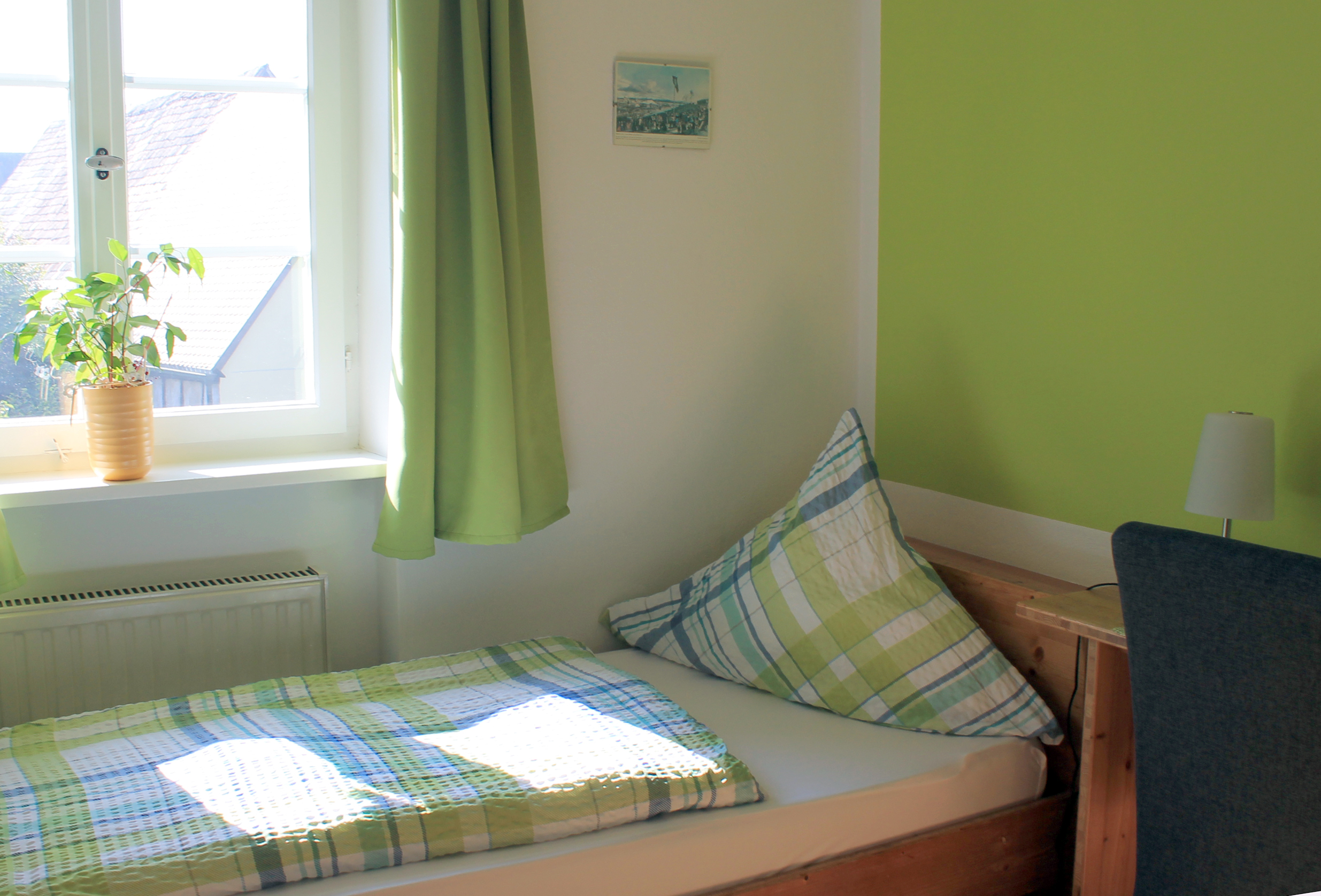Einzelbett im Zimmer