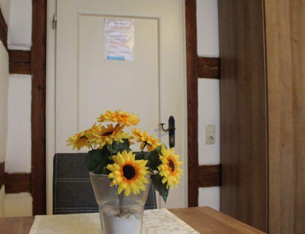 Tisch Blumen Detail im Doppelzimmer