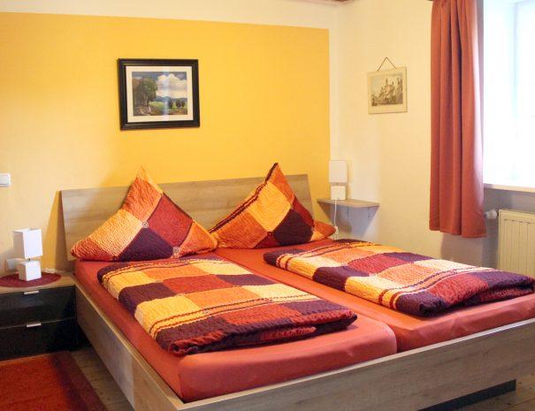 Doppelbett vom Familienzimmer mit Nachttischen
