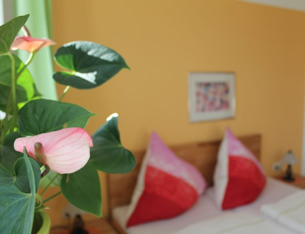 Blumen vor dem Doppelbett