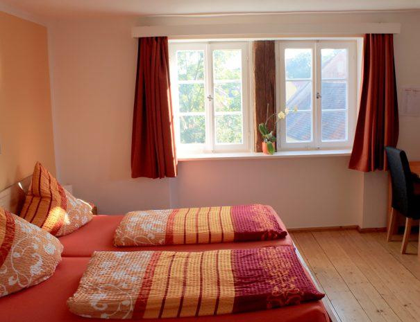 Doppelbett im Dreibettzimmer mit Stadtblick