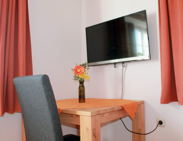 Tisch und Fernseher im Zimmer