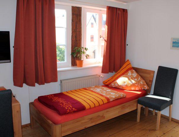 Einzelbett im Raum