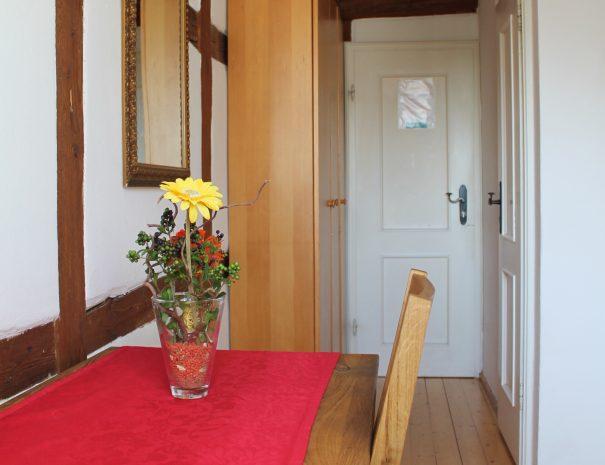 Schreibtisch und Schrank im Einzelzimmer
