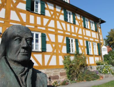 Pension Pastoriushaus Front Statue